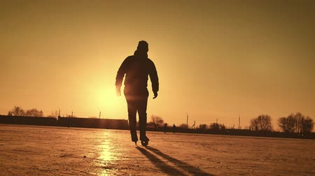 silhouette patinage : Silhouette, homme, patiner, glace, lac, contre, soleil hiver