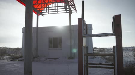 жертва : View of derelict gas station next to the road in a winter. Abandoned Petrol Station with No Fuel signs covering the pumps, victim of the economic crisis. The historic route 66. Стоковые видеозаписи