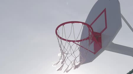 aro : Close up of basketball hoop at sun.