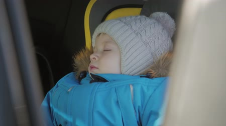 auta : Toddler boy sleeping in child safety seat in car. Dostupné videozáznamy