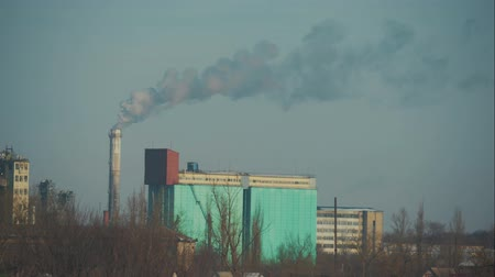 毒 : High pollution the atmosphere with smoke and smog from chemical factory with smoke stack. Global concept earth preserving.