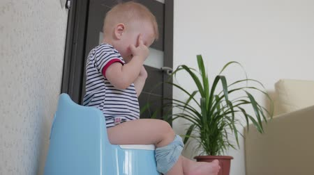 невинный : Baby boy on the potty at home.