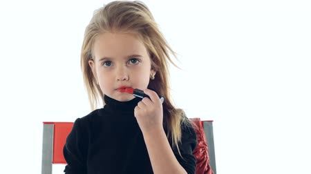 модель :  little girl makes up lips