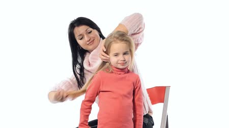 grzebień : Mom combing hair daughter