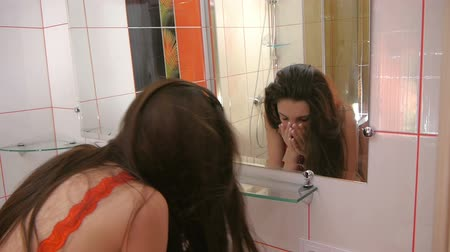 banyo : Girl washing his face in the morning in the bathroom Stok Video
