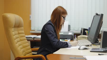 молодые женщины : Business Woman working at the office