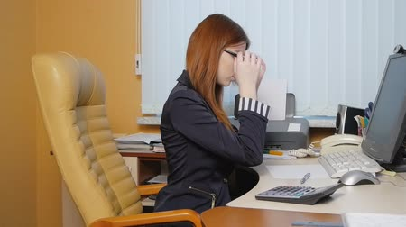 fiatal felnőttek : Business Woman working at the office