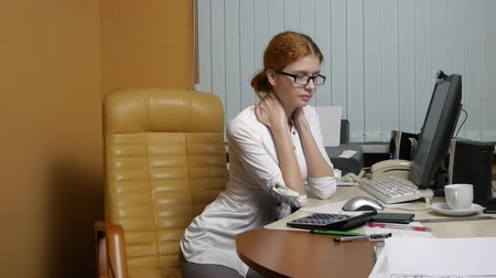 сидеть : Business Woman working at the office
