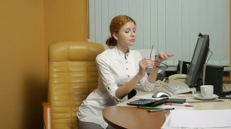 oturma : Business Woman working at the office