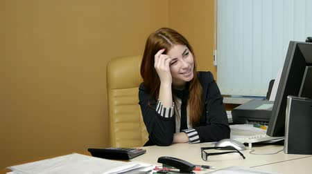 jovens : Young woman secretary at work at the office