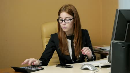 hivatal : Young woman secretary at work at the office