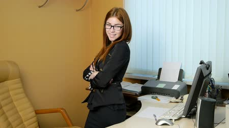 fiatal felnőttek : Young woman secretary at work at the office