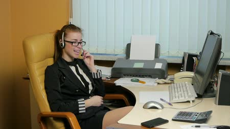 titkár : Businesswoman talking on the phone,operator