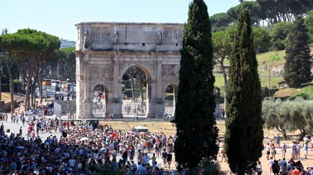 arch of constantine : ROME, ITALY - AUGUST 03, 2015: Croud of people near Arch of Constantine on Via di San Gregorio