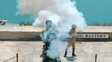 water cannon : VALLETTA, MALTA - JULY 24, 2015: Cannons of the Saluting Battery on Upper Barrakka Gardens in Valletta, Malta. Soldier fired a cannon Stock Footage