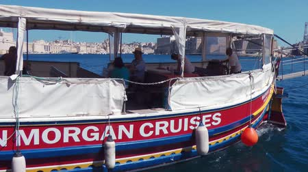 kaptan : VALLETTA, MALTA - JULY 24, 2015: Captain Morgan cruises ferry ship in Grand Harbor, Malta Stok Video