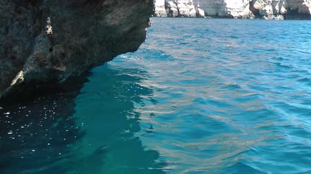 maltština : Green aquamarine water and stones inside Blue Grotto - nature landmark on the south part of Malta island Dostupné videozáznamy