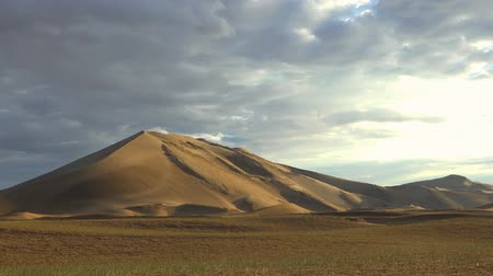 time laps : Time-laps video of sunrise over mongolian sand desert. Large barkhan in Mongolia sandy dune desert Mongol Els. Govi-Altay, Mongolia. Stock Footage