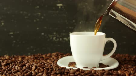 xícara de café : Pouring coffee in cup surrounded by coffee beans