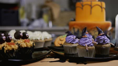 queque : Cupcakes with icing hat and legs. Delicious Muffin like witch. Halloween concept Vídeos