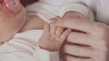 mateřský : Newborn holding mothers hand. Close up in slow motion