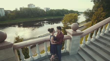 parte : Young couple enjoying intimate moment in city. Sensual moment of love at sunset Stock Footage
