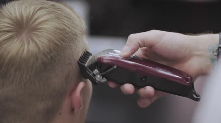 Male haircut with electric razor. Styling with electric trimmer in slow motion Vídeos