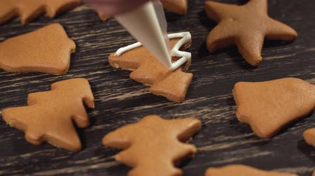 застекленный : Decoration of Christmas cookies. Close up garnishing gingerbread christmas tree