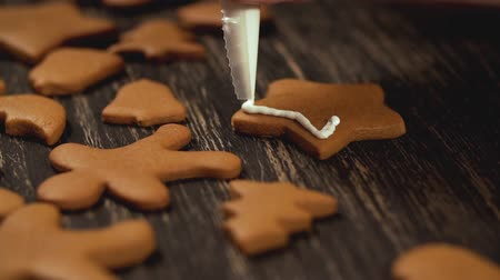 застекленный : Close up garnishing homemade gingerbread star. Family culinary concept Стоковые видеозаписи
