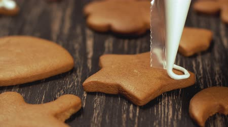 jegesedés : Decoration of Christmas cookies. Close up garnishing homemade gingerbread star