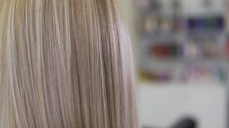 kartáč na vlasy : Close up view of blonde hair. Young beautiful girl in beauty salon