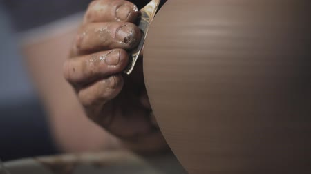 esculpir : Close up of Hands gently create correctly shaped handmade from clay. Potter creates product on potters wheel