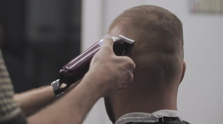 navalha : Close up of man hairdressing with electric shaver. Styling with electric trimmer. Male haircut with electric razor