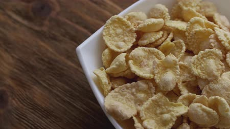 flocos de milho : Corn flakes in white bowl. Slide right.