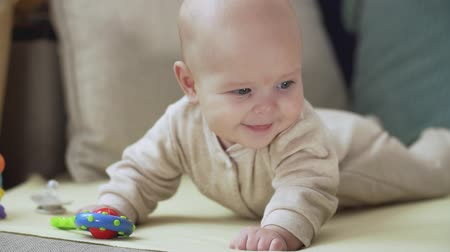 recém nascido : Cute little baby looking at camera. Concept of caring for children and parental love. Stock Footage
