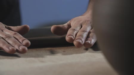 esculpir : Potter rolls clay. Man hands making clay product in slow motion. Potters work close-up.