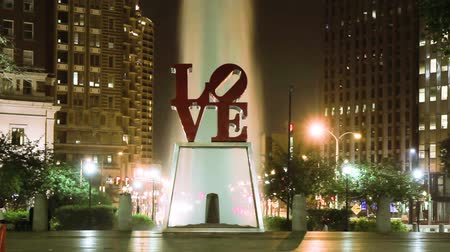 philadelphie : Night timelapse of LOVE sign and a fountain in Love Park of Philadelphia