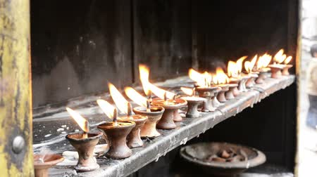 religioso : Burning oil lamps at religious temple.