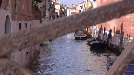veneza : Venice Italy, narrow channel