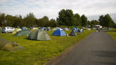 kamp : Tents stands in camping Reykjavik, Iceland Stok Video