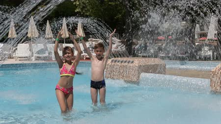 капелька : Happy children in the water park. Children laugh and dance. Стоковые видеозаписи