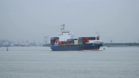 mořský : Large cargo ship carries a lot of shipping containers. South China Sea. Asia.