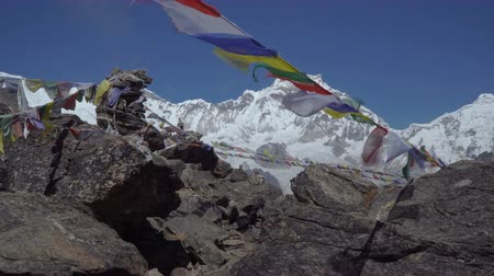 himalaia : Prayer flags against the background of the Himalayan mountains. Track to the base camp of Everest in the Himalayas. Sagarmatha National Park, Nepal