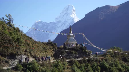 montanhismo : The Buddhist stupa on the hiking trail to the base camp of Everest. A lot of trackers follow the path.