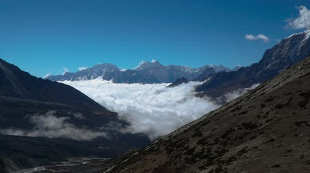 montanhismo : Time lapse zoom out. Beautiful clouds climb the mountain valley. Himalayas. Nepal