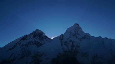 himalája : Time lapse. Sunrise over Everest. Track to the base camp of Everest in the Himalayas. Sagarmatha National Park, Nepal