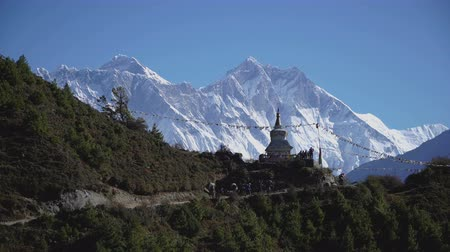 himaláje : The Buddhist stupa on the hiking trail to the base camp of Everest. The concept of adventure and travel.