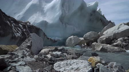 félteke : The Khumbu Glacier descends from Mount Everest. Nepal. 4K Stock mozgókép