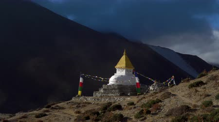 himalaia : Buddhist stupa in the Himalayan mountains. Track to the base camp of Everest in the Himalayas. Sagarmatha National Park, Nepal Stock Footage