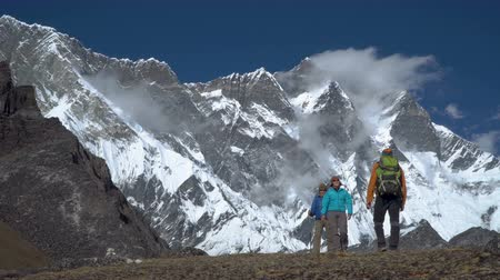 montanhismo : Tourists travel in the Himalayas. They are happy on this journey. This is adventure and travel concept. 4K